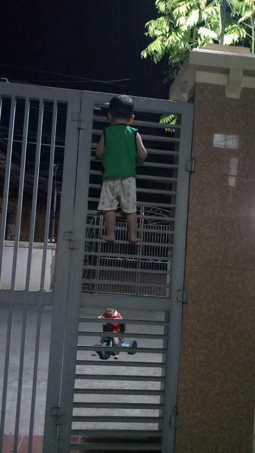 Bị bạn rủ rê, cậu bé 3 tuổi liều lĩnh leo cổng sắt đi chơi - Ảnh 4
