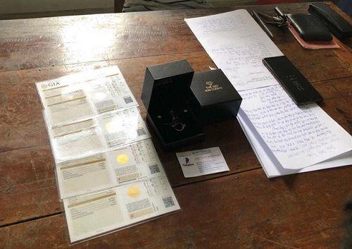 Mang thẻ visa nhặt được đi mua kim cương - Ảnh 2
