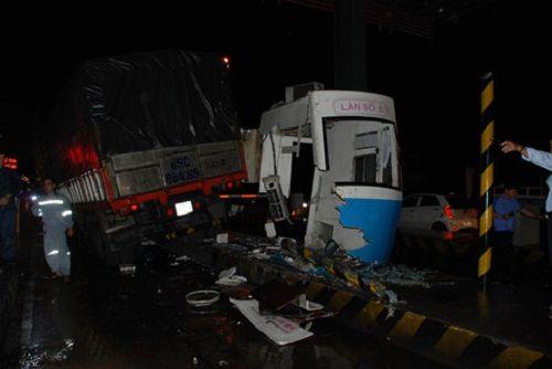 Xe tải tông sập cabin trạm thu phí, nhân viên thu vé thoát chết trong gang tấc - Ảnh 3
