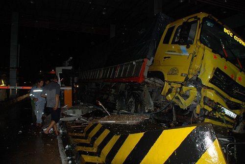 Xe tải tông sập cabin trạm thu phí, nhân viên thu vé thoát chết trong gang tấc - Ảnh 2