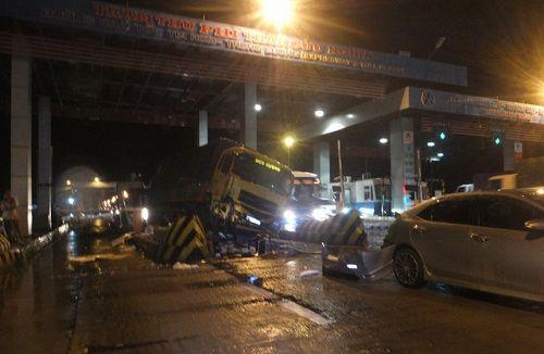 Xe tải tông sập cabin trạm thu phí, nhân viên thu vé thoát chết trong gang tấc - Ảnh 1