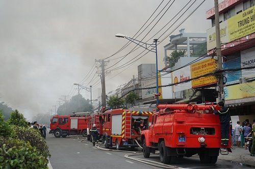 TP.HCM: Cháy ngùn ngụt tại cơ sở sản xuất ghế sofa, hàng trăm người tháo chạy - Ảnh 1