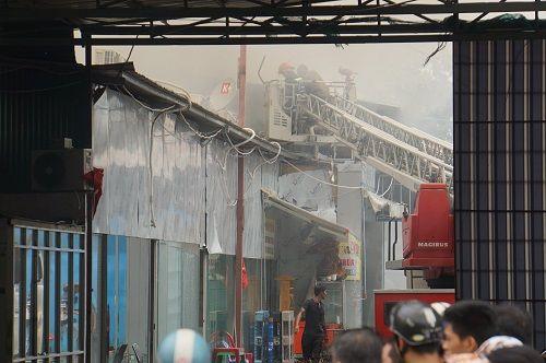TP.HCM: Cháy ngùn ngụt tại cơ sở sản xuất ghế sofa, hàng trăm người tháo chạy - Ảnh 2