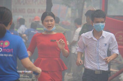 TP.HCM: Cháy ngùn ngụt tại cơ sở sản xuất ghế sofa, hàng trăm người tháo chạy - Ảnh 5
