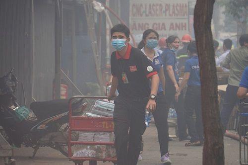 TP.HCM: Cháy ngùn ngụt tại cơ sở sản xuất ghế sofa, hàng trăm người tháo chạy - Ảnh 6