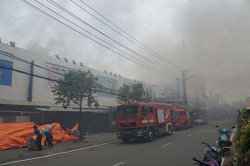 TP.HCM: Cháy ngùn ngụt tại cơ sở sản xuất ghế sofa, hàng trăm người tháo chạy - Ảnh 3