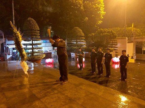 """Hàng ngàn người đội mưa cùng """"Đồng Lộc - Bài ca bất tử"""" - Ảnh 4"""
