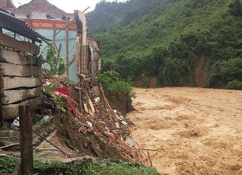 Nghệ An: Xót xa cảnh mưa lũ đánh sập trường học - Ảnh 1