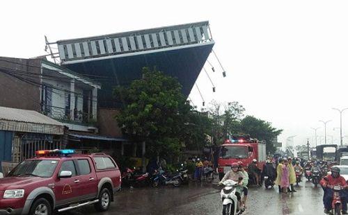 Bảng quảng cáo ''khổng lồ'' đổ sập, đè chết người ở TP. Hồ Chí Minh - Ảnh 2