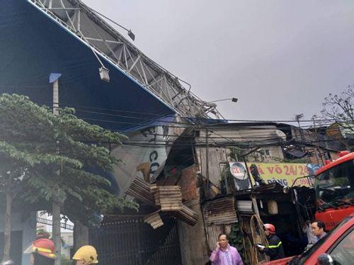 Bảng quảng cáo ''khổng lồ'' đổ sập, đè chết người ở TP. Hồ Chí Minh - Ảnh 1