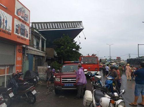 Bảng quảng cáo ''khổng lồ'' đổ sập, đè chết người ở TP. Hồ Chí Minh - Ảnh 3