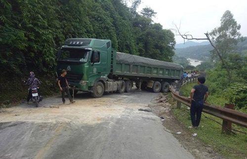 Nghệ An: Đường quốc lộ tắc hơn 1 ngày vì chiếc xe tải hỏng chiếm hết đường - Ảnh 1