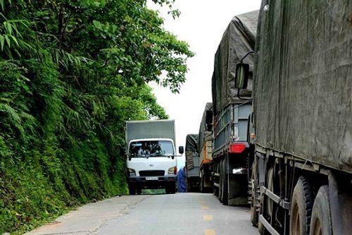 Nghệ An: Đường quốc lộ tắc hơn 1 ngày vì chiếc xe tải hỏng chiếm hết đường - Ảnh 2