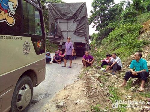 Nghệ An: Đường quốc lộ tắc hơn 1 ngày vì chiếc xe tải hỏng chiếm hết đường - Ảnh 3