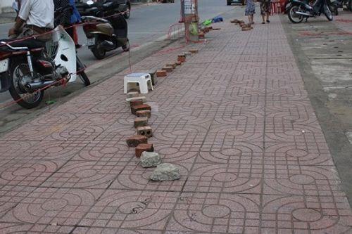 Những hàng gạch xếp dài trước cổng nhà thi đấu thể thao tỉnh Hà Tĩnh - Ảnh 2