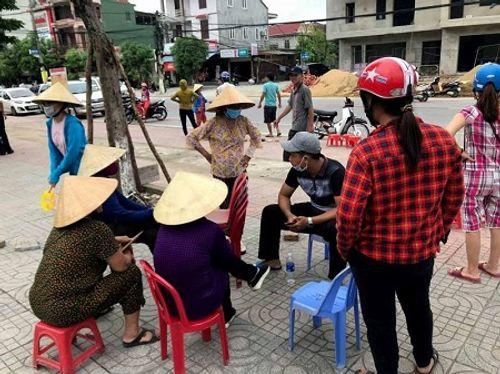 Những hàng gạch xếp dài trước cổng nhà thi đấu thể thao tỉnh Hà Tĩnh - Ảnh 3