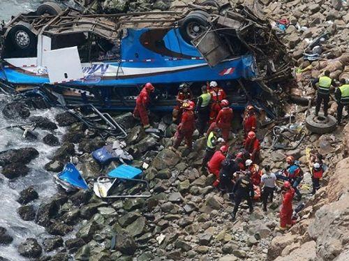 Peru: Xe buýt lao xuống vực sâu, 60 người thương vong - Ảnh 1
