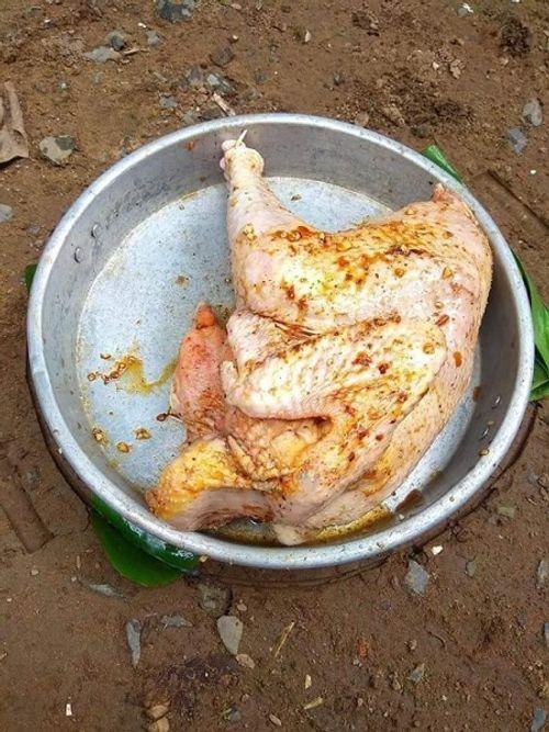 Không thể nhịn cười với thanh niên trổ tài làm món 'gà chết cháy thất truyền của Ngưu Ma Vương' đãi bố mẹ vợ - Ảnh 1