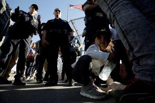 Trẻ em nhập cư trái phép trong trại tị nạn Mỹ bị ép dùng thuốc thần kinh - Ảnh 1