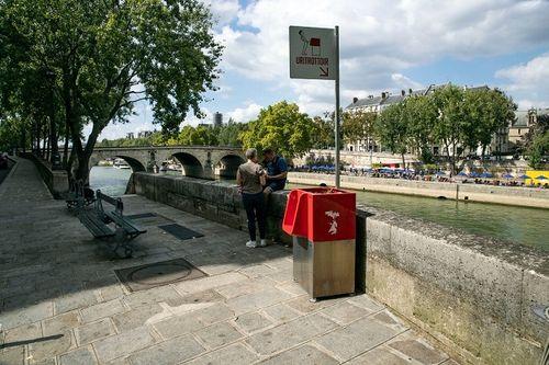 Nhà vệ sinh công cộng kiểu mới ở Paris gây tranh cãi - Ảnh 1