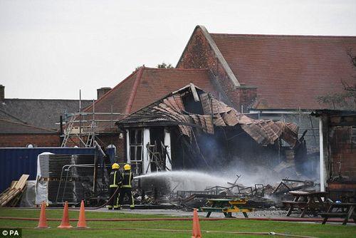 Trường tiểu học tại nước Anh cháy lớn ngay trước ngày khai giảng - Ảnh 2
