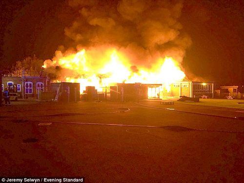 Trường tiểu học tại nước Anh cháy lớn ngay trước ngày khai giảng - Ảnh 1