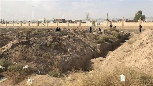 Syria: Phát hiện ngôi mộ tập thể lớn chưa từng thấy ở Raqqa với hơn 1.400 thi thể - Ảnh 1