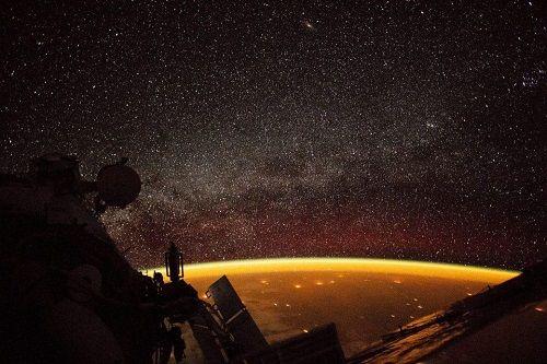 Xuất hiện quầng sáng màu cam bí ẩn bao quanh Trái Đất  - Ảnh 1