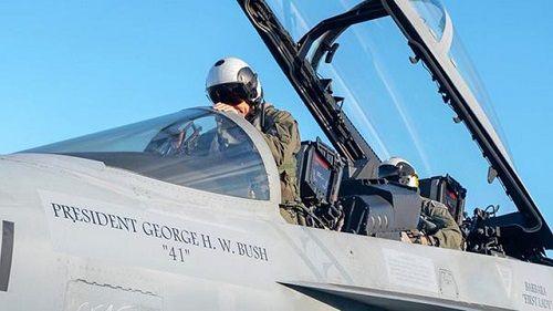 21 tiêm kích Mỹ lập đội hình tiễn biệt cố Tổng thống Bush - Ảnh 1