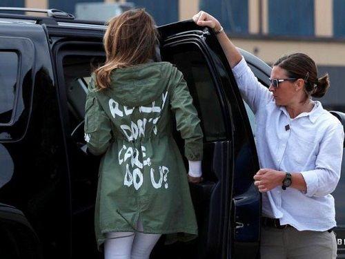 """Vợ ông Trump gây tranh cãi khi mặc áo khoác có chữ """"'lạ"""" đi thăm trẻ nhập cư - Ảnh 1"""
