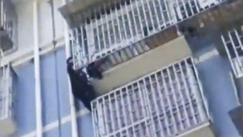 """""""Người nhện"""" Trung Quốc giải cứu bé 2 tuổi treo lơ lửng trên tầng 5 tòa nhà - Ảnh 1"""