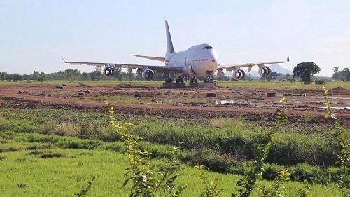 Nông dân Thái Lan choáng váng khi thấy một chiếc Boeing 747 nằm giữa đồng - Ảnh 1