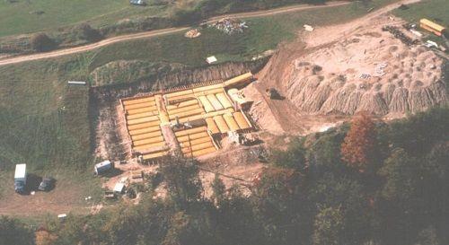 Cụ ông Canada chôn 42 xe buýt để làm hầm trú ẩn hạt nhân lớn nhất Bắc Mỹ - Ảnh 1