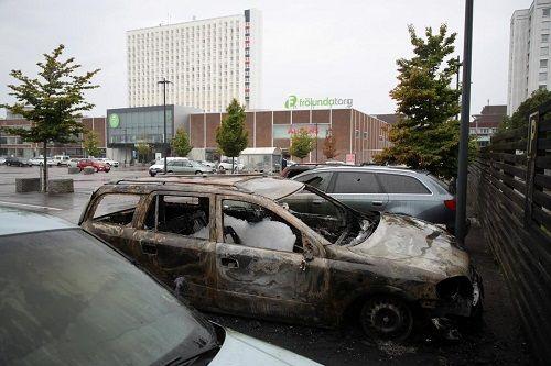 Nhóm thanh thiếu niên ở Thụy Điển đốt cháy, phá hoại hơn 100 chiếc xe hơi - Ảnh 1