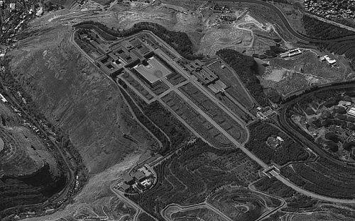 Giữa lúc chiến sự leo thang, Israel bất ngờ công bố hình ảnh vệ tinh nơi ở của Tổng thống Syria - Ảnh 1