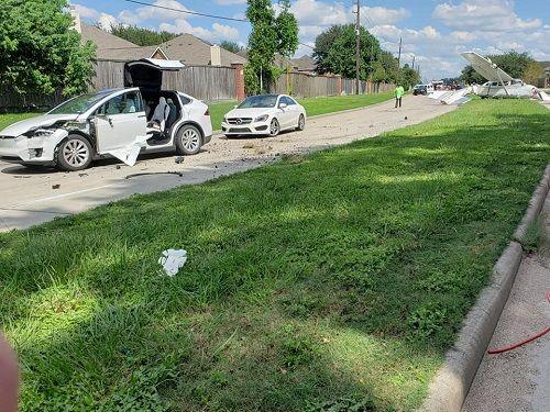 Hi hữu: Ô tô Tesla bị máy bay đâm trúng, tài xế vẫn bình yên vô sự - Ảnh 1