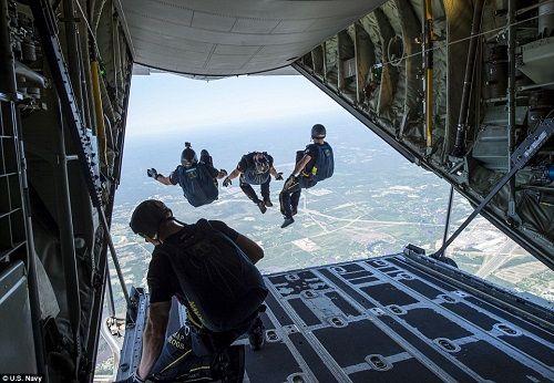 Những hình ảnh ấn tượng phô diễn sức mạnh hải quân Mỹ trong năm 2018 - Ảnh 11