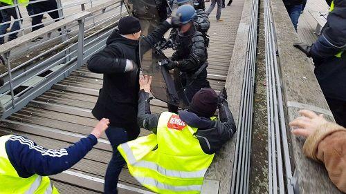 Giới chức Pháp phẫn nộ vì võ sĩ tấn công cảnh sát trong cuộc biểu tình lại được ủng hộ tiền  - Ảnh 1