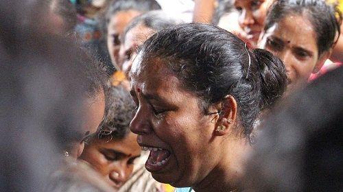 Cảnh sát Ấn Độ vào cuộc sau vụ việc 80 người chết vì rượu độc - Ảnh 1