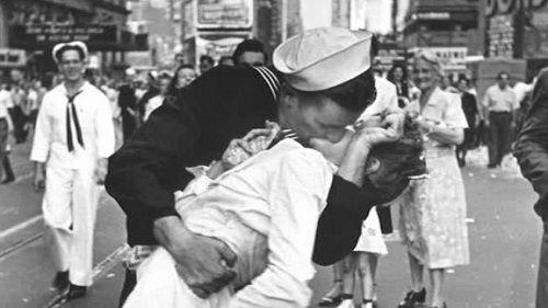 """Người thuỷ thủ trong bức ảnh kinh điển """"Nụ hôn ở quảng trường Thời đại"""" qua đời - Ảnh 1"""