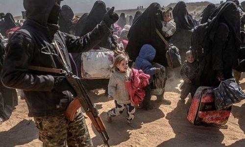 Tình hình Syria: Hơn 3.000 kẻ khủng bố IS và thân nhân lũ lượt ra đầu hàng  - Ảnh 1