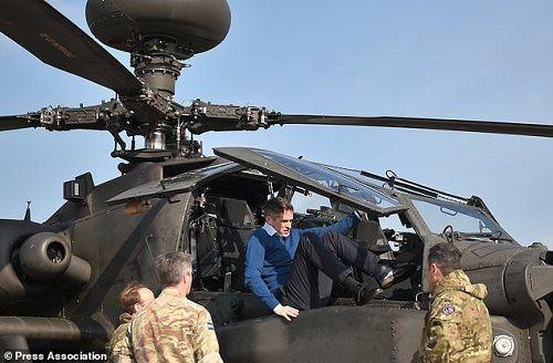 5 máy bay trực thăng Apache của Anh bất ngờ tới gần biên giới Nga - Ảnh 1
