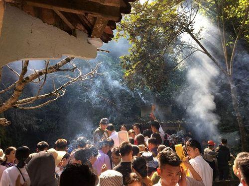 """Thanh Hóa: Hàng vạn du khách lên đỉnh non thiêng xin """"nước thánh"""" đầu xuân - Ảnh 3"""