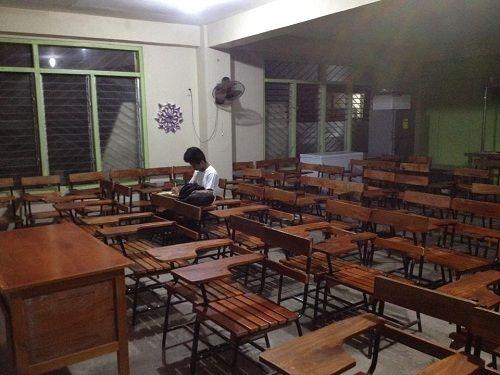 Mặc kệ bão MangKhut, nam sinh Philippines vẫn ở lại lớp làm bài tập - Ảnh 1