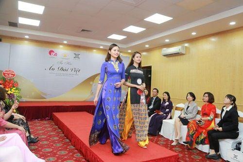 Văn hóa Việt gây ấn tượng trên những tà áo dài ngàn đô - Ảnh 3
