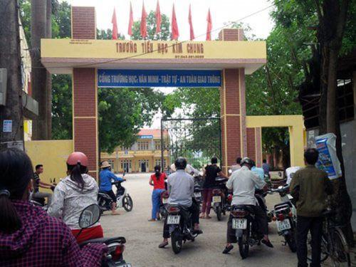 Hà Nội: Hoang mang trước tin trẻ em bị dụ dỗ ngay trước cổng trường - Ảnh 1