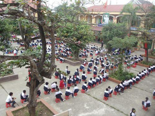 Hà Nội: Hoang mang trước tin trẻ em bị dụ dỗ ngay trước cổng trường - Ảnh 2