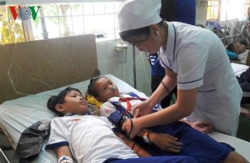 Cà Mau: Đã xác định được nguyên nhân khiến hàng chục em học sinh nhập viện vì nước súc miệng - Ảnh 1