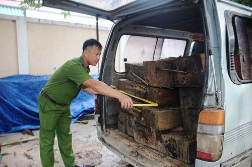 Quảng Nam: Bị Công an chặn, tài xế chở gỗ lậu bỏ xe chạy lấy người - Ảnh 1