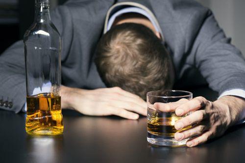 Chuyên gia mách 'bí kíp' nhận biết methanol trong rượu để tránh ngộ độc - Ảnh 1